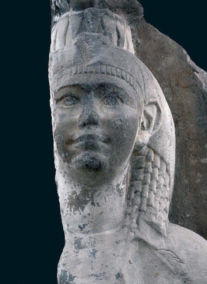 Statua colossale di Cleopatra (?) nel Museo di Mariemont in Belgio