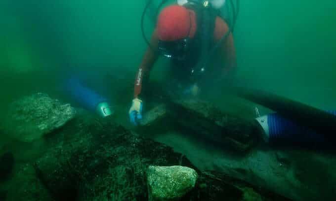 Un archeologo ispeziona la chiglia del relitto di un'imbarcazione ritrovata nelle acque della città sommersa di Thonis-Heracleion. Foto: Christoph Gerigk/Franck Goddio/Hilti Foundation