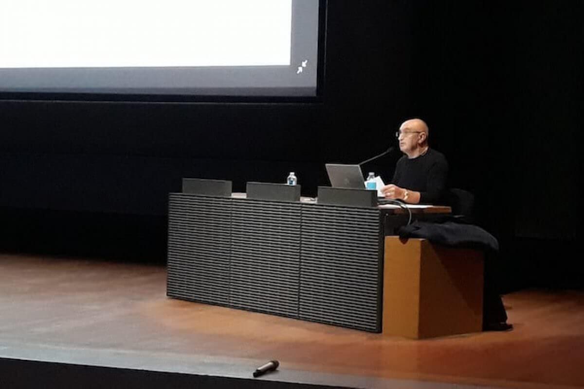 L'egittologo Paolo Gallo all'Auditorium del Museo del Louvre di Parigi (2018)