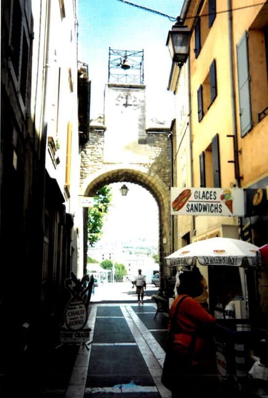 Apt: la porta est della via principale