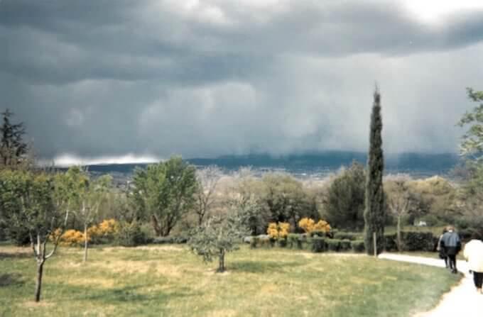 Nuvole da neve sul giardino di Oppède