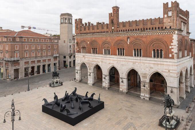 Installazione di Mimmo Paladino in Piazza dei Cavalli a Piacenza (foto di Lorenzo Palmieri)