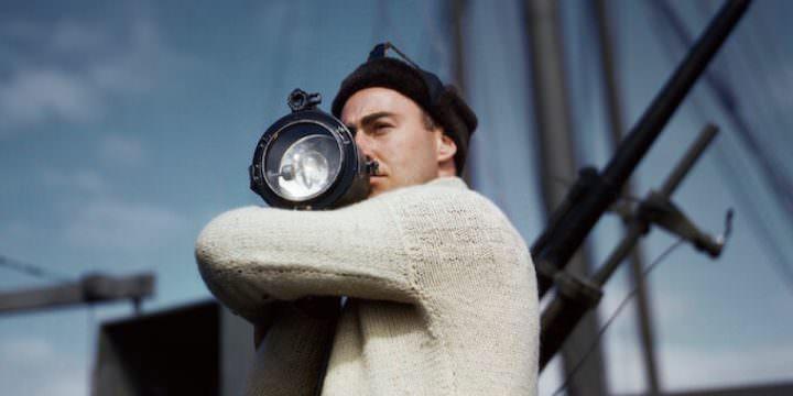 Robert Capa, Un membro dell'equipaggio segnala a un'altra nave di un convoglio alleato che attraversa l'Atlantico