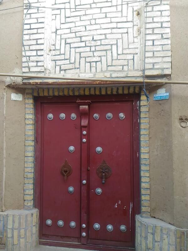 Una porta con doppio batacchio a Yazd