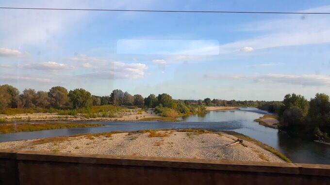 Paesaggio piemontese dal finestrino del treno