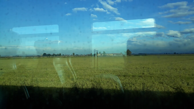 Paesaggio piemontese dal finestrino del treno Regionale Veloce Milano-Torino