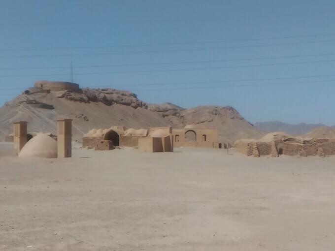 Una torre del silenzio e il villaggio per gli ospiti