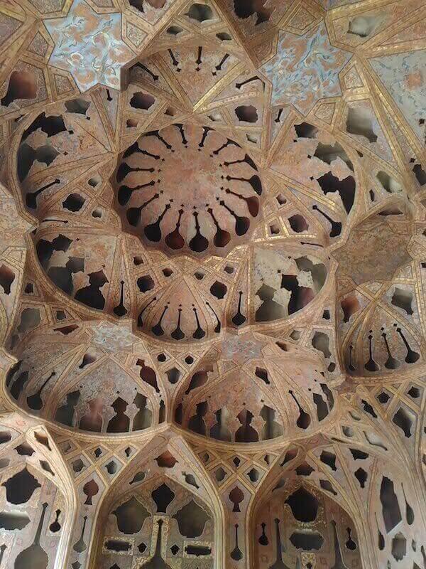 Il soffitto della Sala della musica del Palazzo Ali Qapu a Isfahan