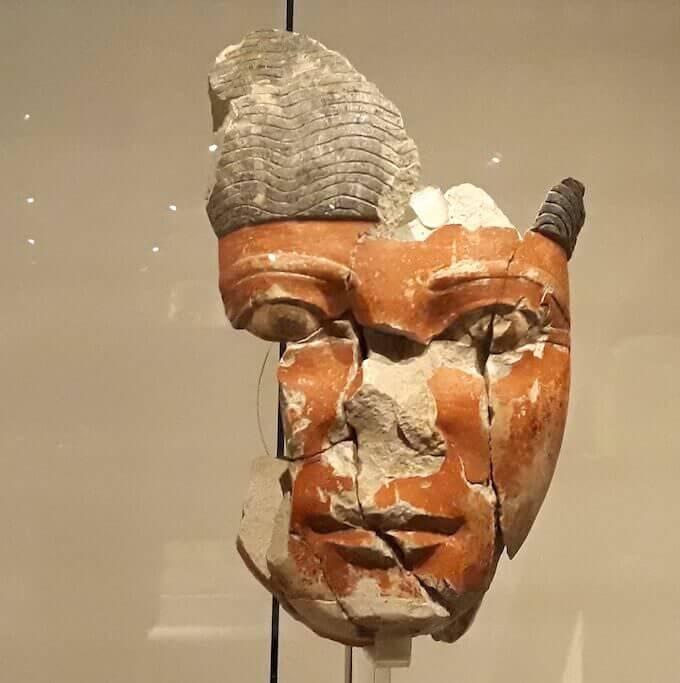 Frammento di statua di nomarca del Medio Regno