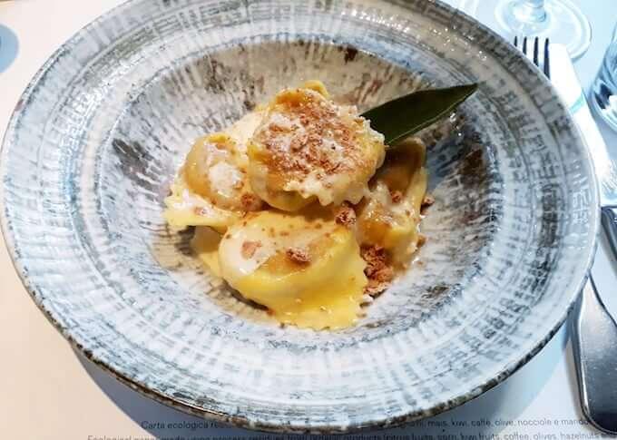 Un piatto di tortelloni alla zucca con amaretti e taleggio