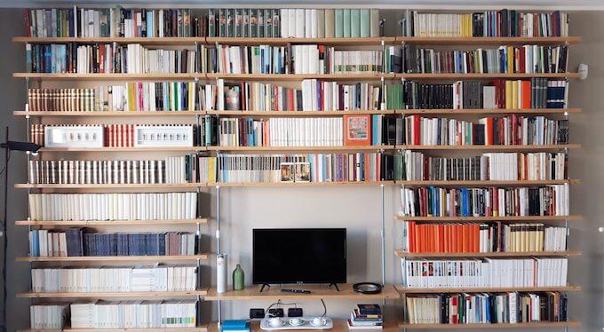 Libreria di Saul Stucchi, direttore di ALIBI Online