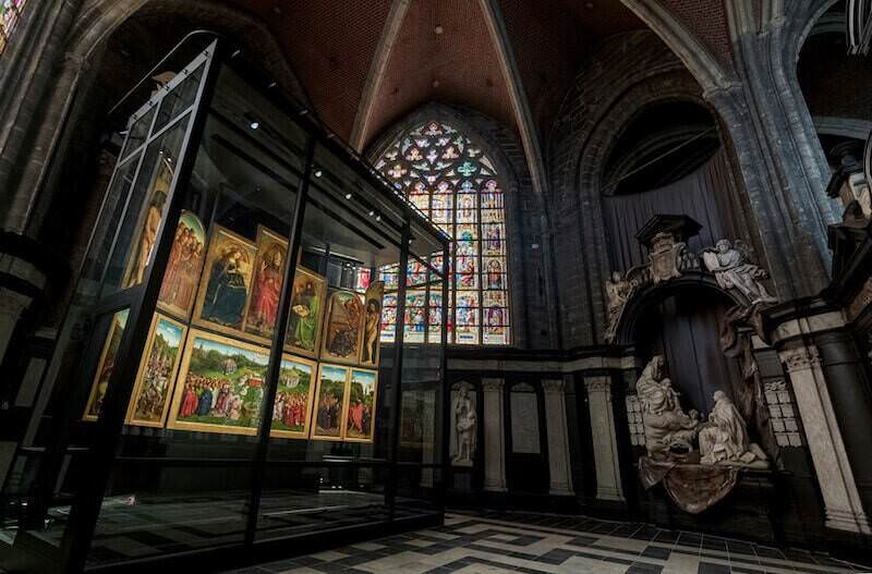 Il nuovo allestimento del Polittico dell'Agnello Mistico di van Eyck nella Cattedrale di Gent