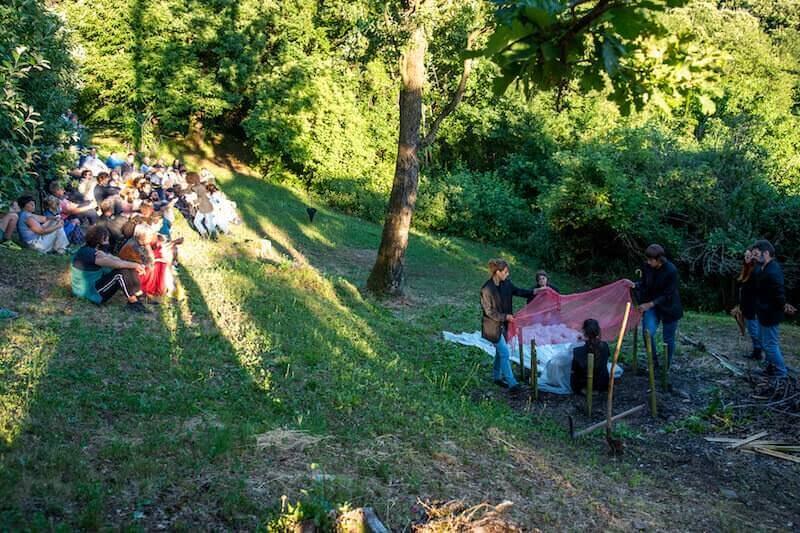 """""""Amleto, una questione personale"""": seppellimento di Ofelia (foto di Alvise Crovato)"""
