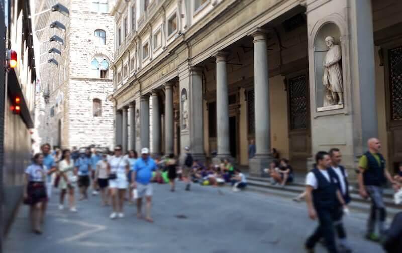 Turisti sui gradini degli Uffizi di Firenze
