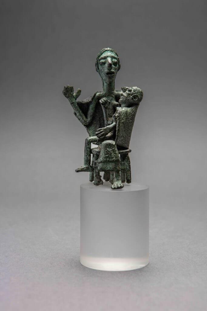 Statuetta di donna seduta con il figlio, bronzo, sito di Santa Vittoria di Serri, Età del Ferro, © Museo archeologico nazionale Cagliari