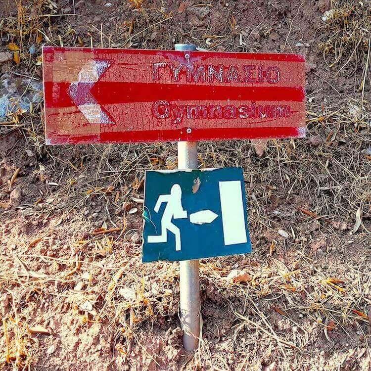 Indicazione del Gymnasium nel sito archeologico di Delfi (Grecia)