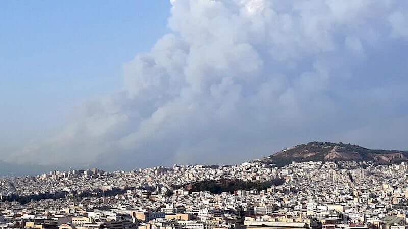 Il fumo degli incendi in Attica visto dall'Acropoli di Atene. Estate 2021 (foto di Saul Stucchi)