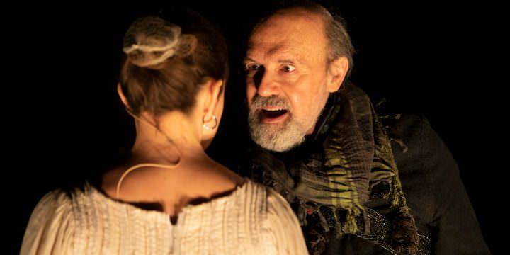 """Elio De Capitani e Giulia Viana in """"Moby Dick alla prova"""" (foto di Marcella Foccardi)"""
