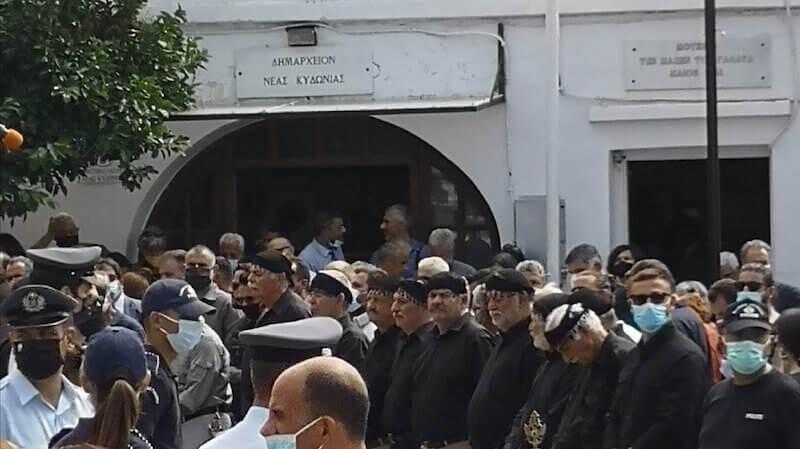 Uomini con il tradizionale sariki al funerale di Mikis Theodorakis