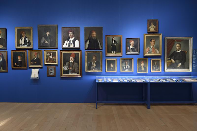 """Una sala della mostra """"1821. Prima e dopo"""" al Museo Benaki di Atene"""