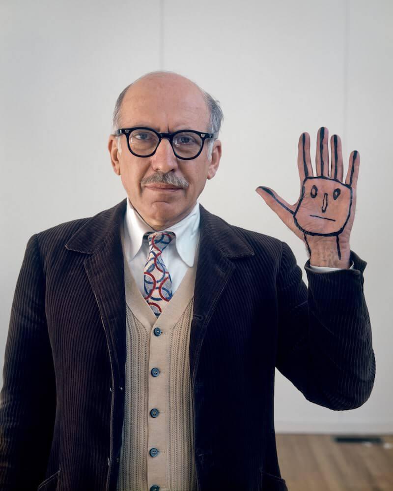 Evelyn Hofer, Saul Steinberg with his hand, New York 1978, © Estate of Evelyn Hofe