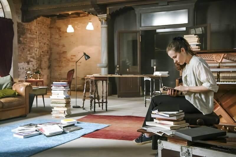 "La pianista Hania Rani in una scena del docufilm ""Venezia. Infinita avanguardia"""